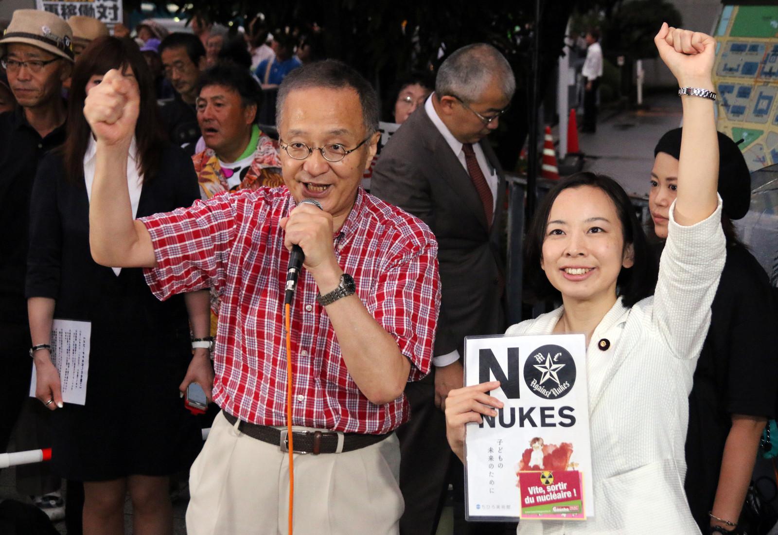 参加者とコールする笠井亮衆院議員(左)と吉良よし子参院議員=27日、首相官邸前