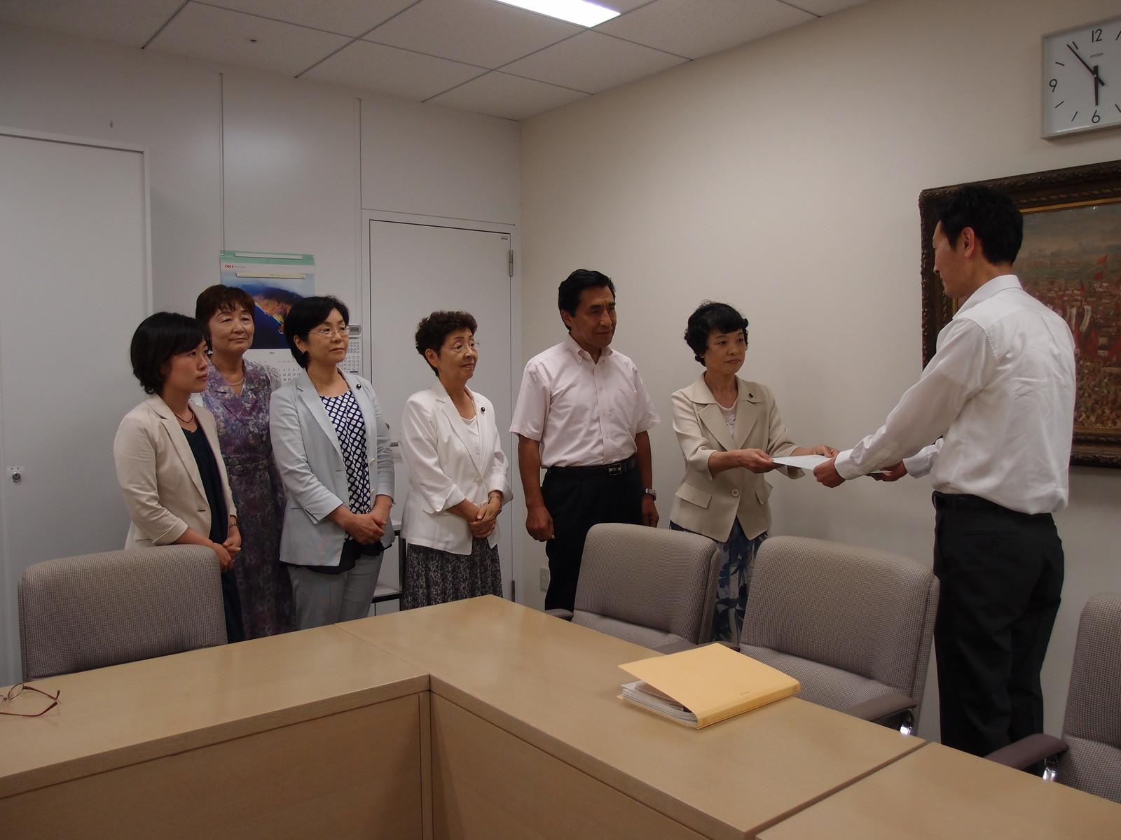 オスプレイの飛来を認めないよう、東京都の基地対策部長(右)に申し入れる共産党都議団=21日午後6時、東京都庁