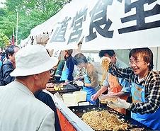 (写真)参加者とやりとりをしながら販売する直営食堂=2010年11月、東京都江東区の夢の島公園