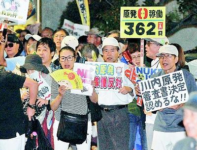 (写真)「川内原発再稼働反対」「原発やめろ」と声をあげる人たち=12日、首相官邸前