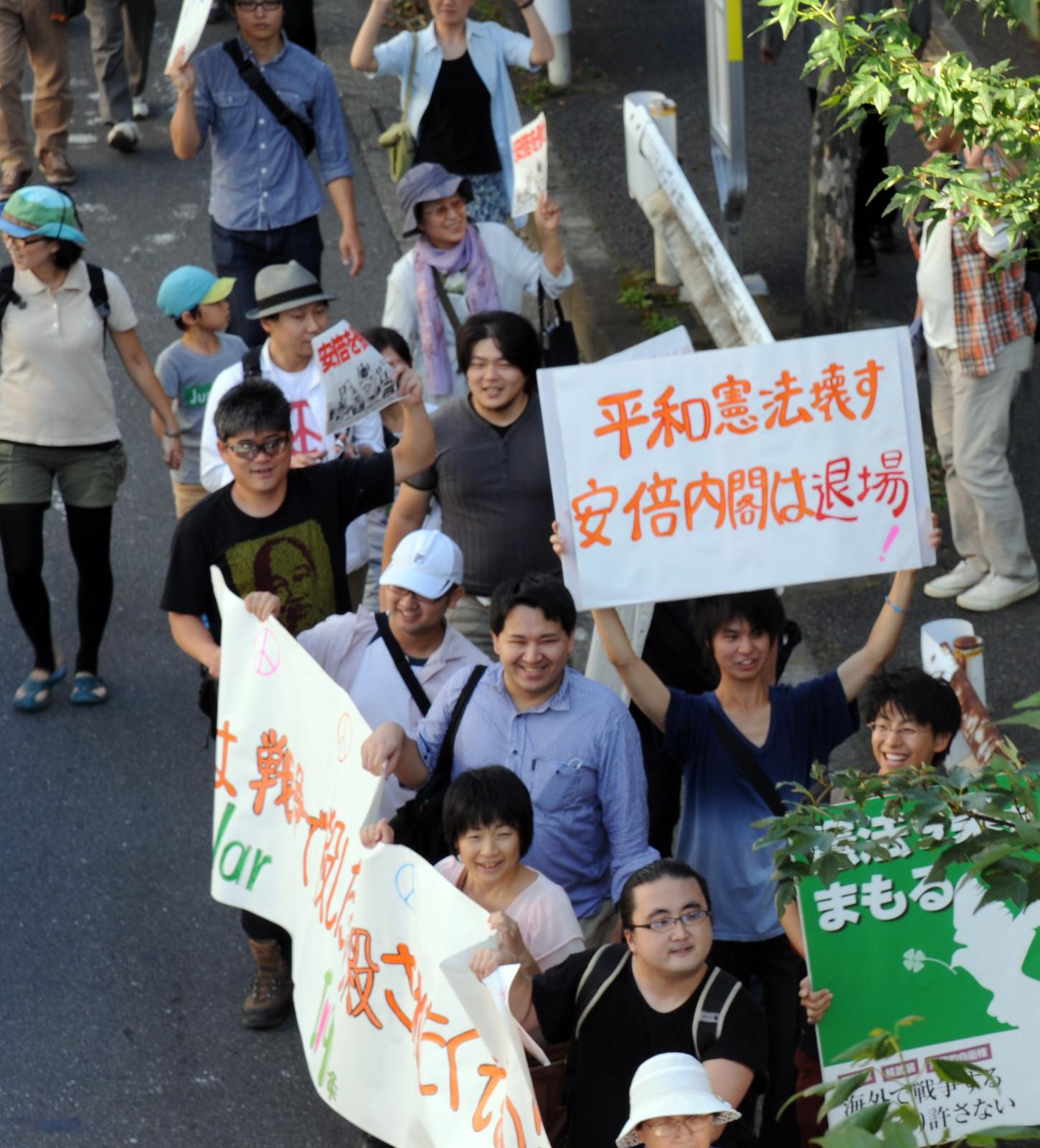 「9・28たちかわ大行進」に参加する青年たち=9月28日、東京都立川市