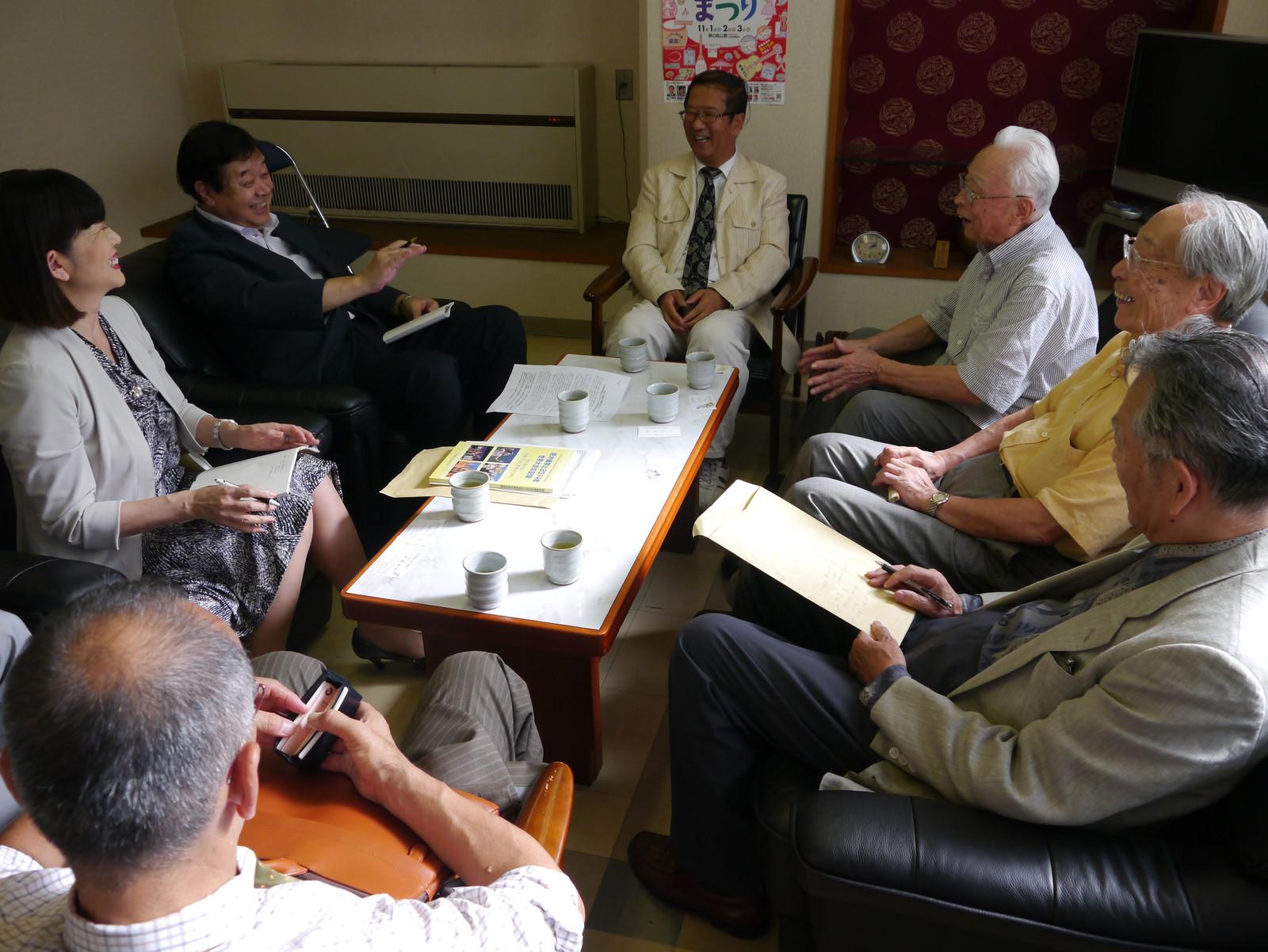 東京原水協(右側)と懇談する(左側奥から)若林都委員長、望月副委員長=3日、日本共産党東京都委員会