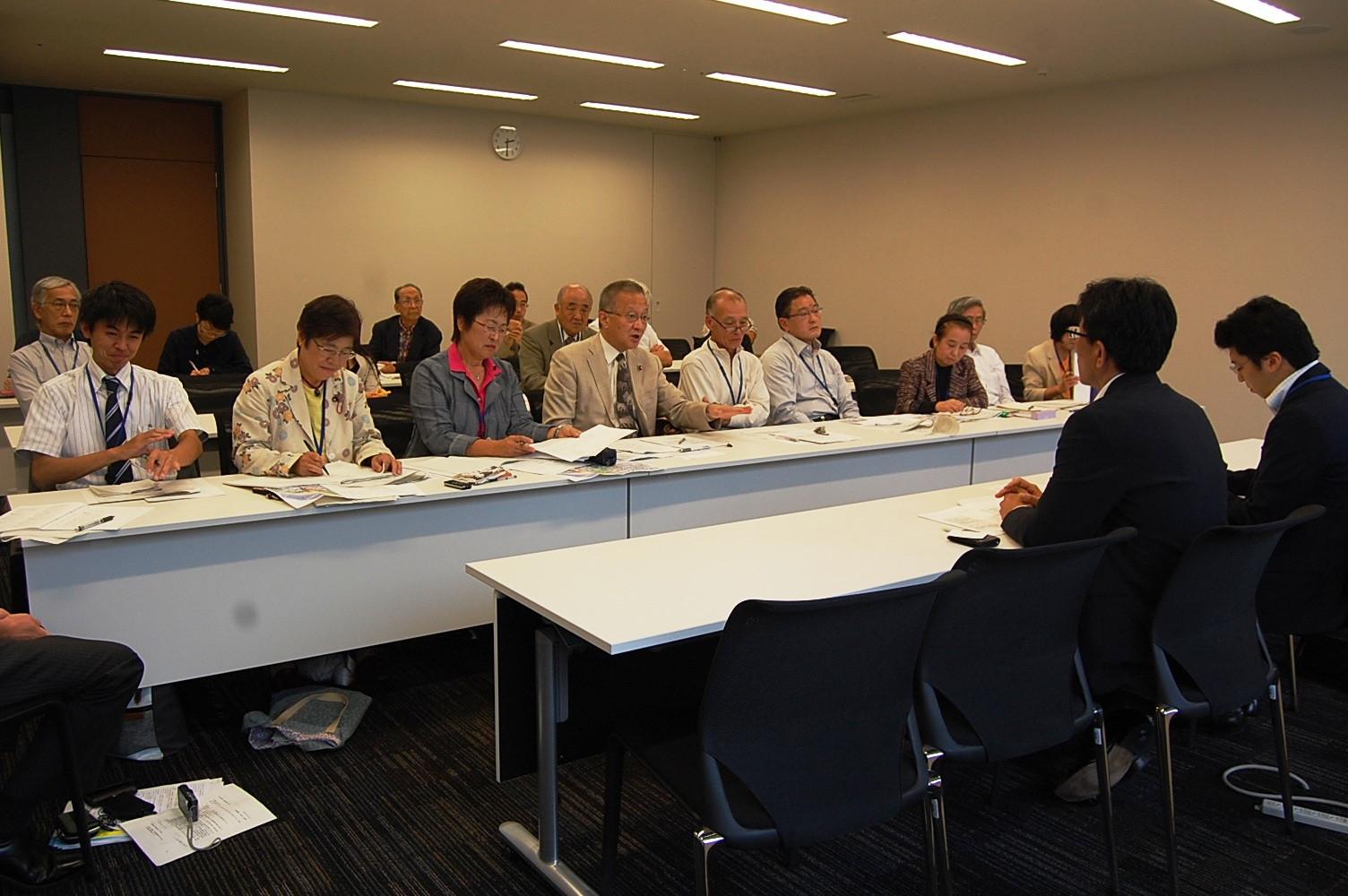 国交省の担当者(手前)にスーパー堤防問題をただす笠井氏(正面左から4人目)ら=8日、衆院第2議員会館