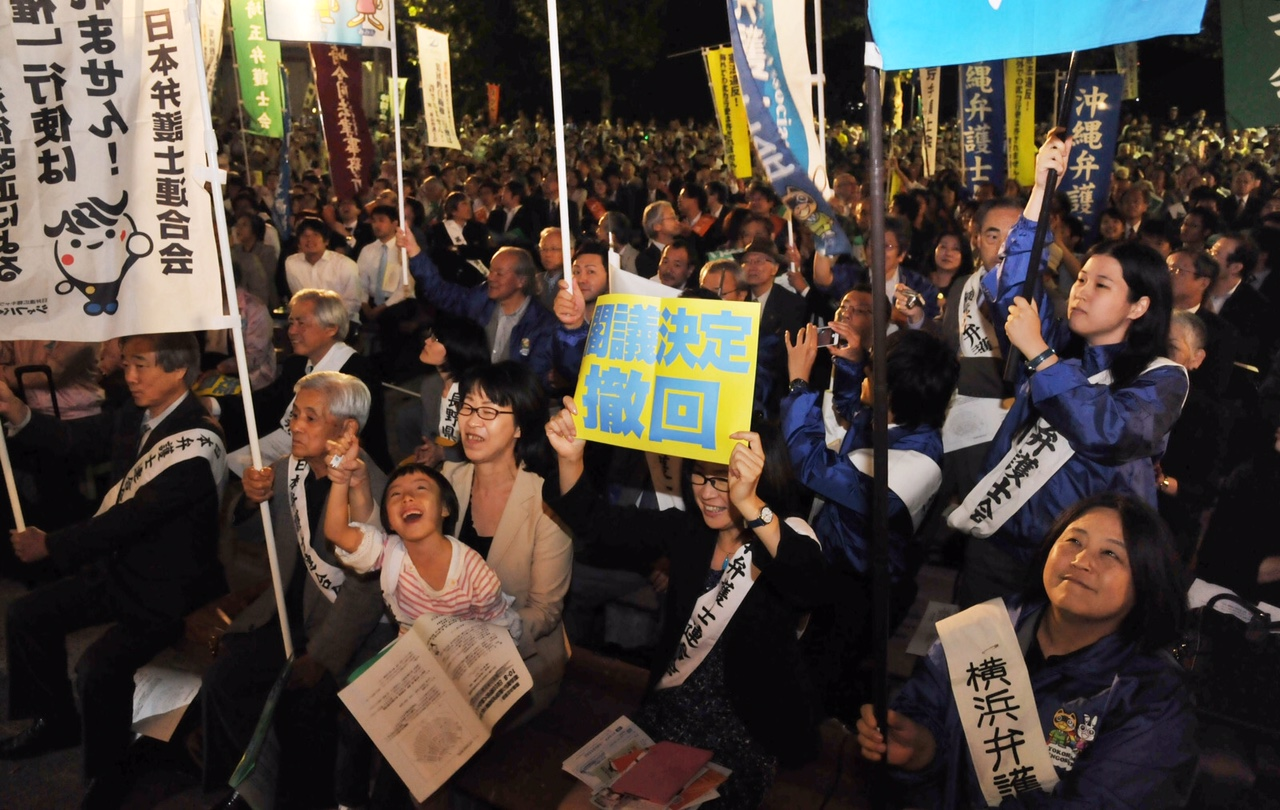 立憲主義に反する集団的自衛権行使を容認する閣議決定の撤回を求める集会参加者=8日、東京・日比谷野外音楽堂