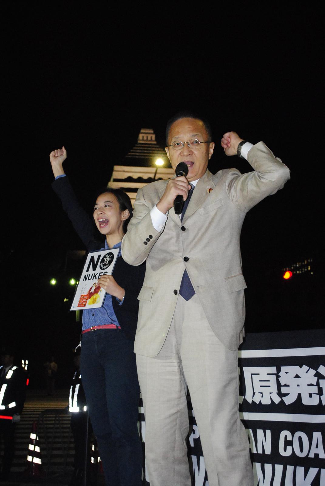スピーチする笠井衆院議員(右)と吉良参院議員=17日、国会正門前