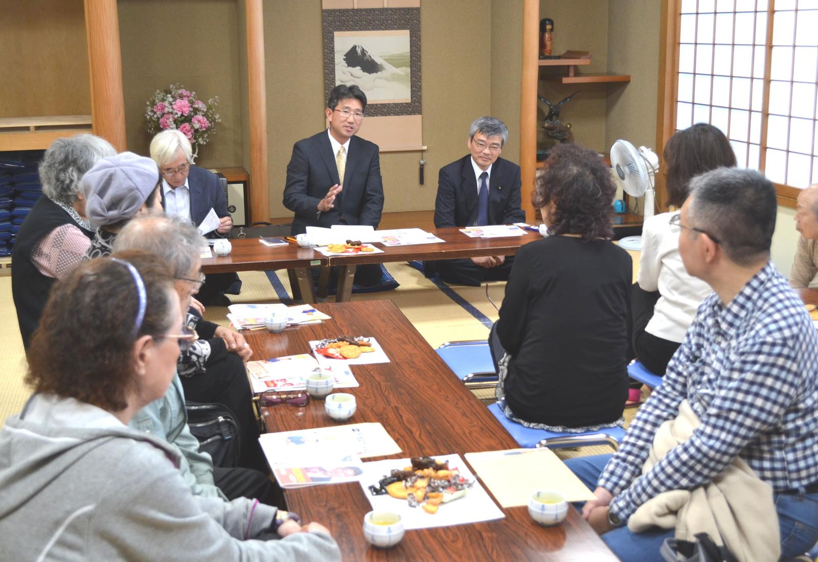 「つどい」で語る(正面左から)八百川区議、野口区議候補、そね都議=19日、東京都北区
