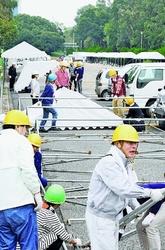 (写真)赤旗まつり会場でテント設営の作業をする人たち=27日、東京・夢の島公園