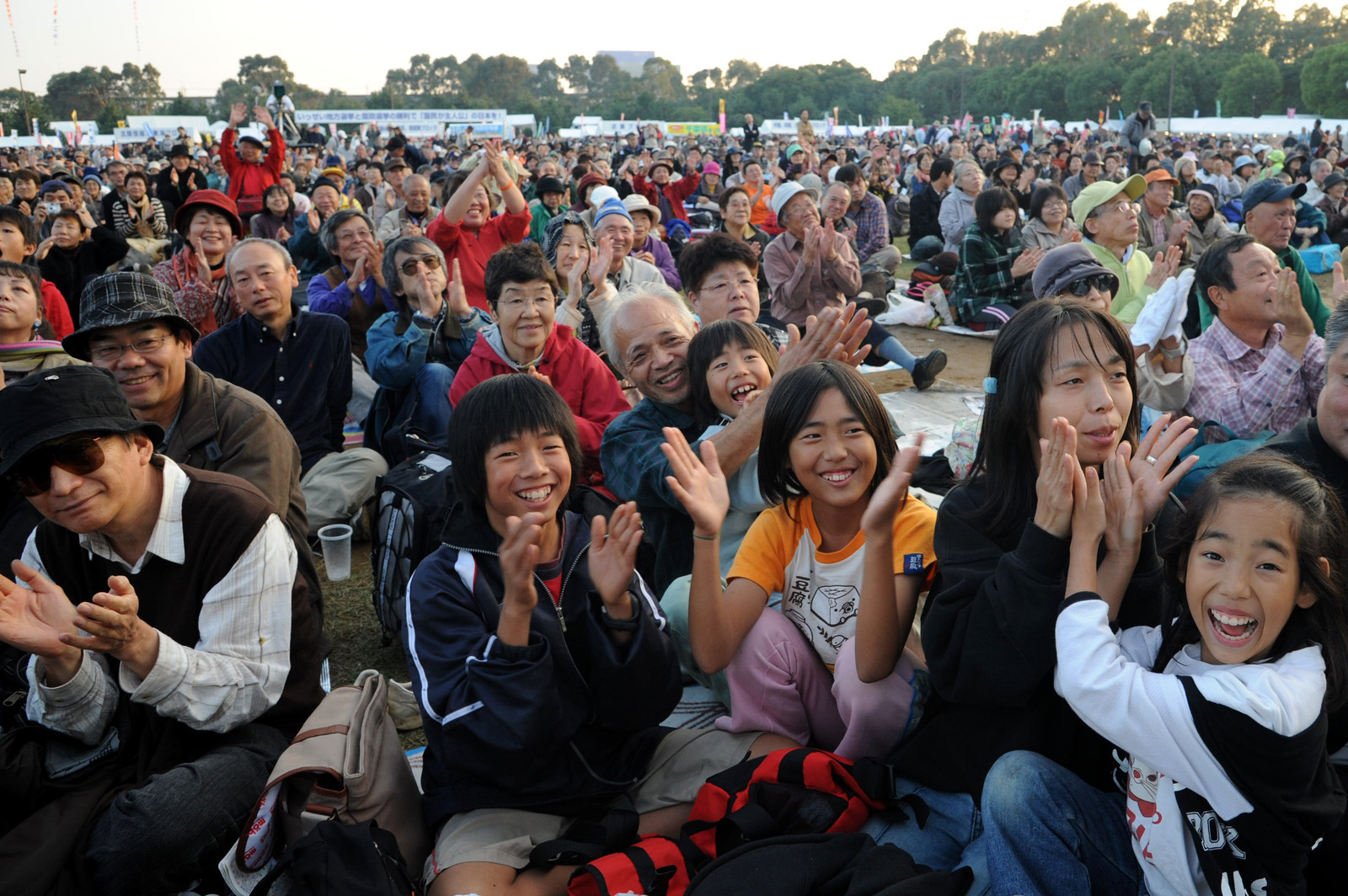 (写真)野外ステージの出演者に拍手を送る参加者=2010年の赤旗まつり