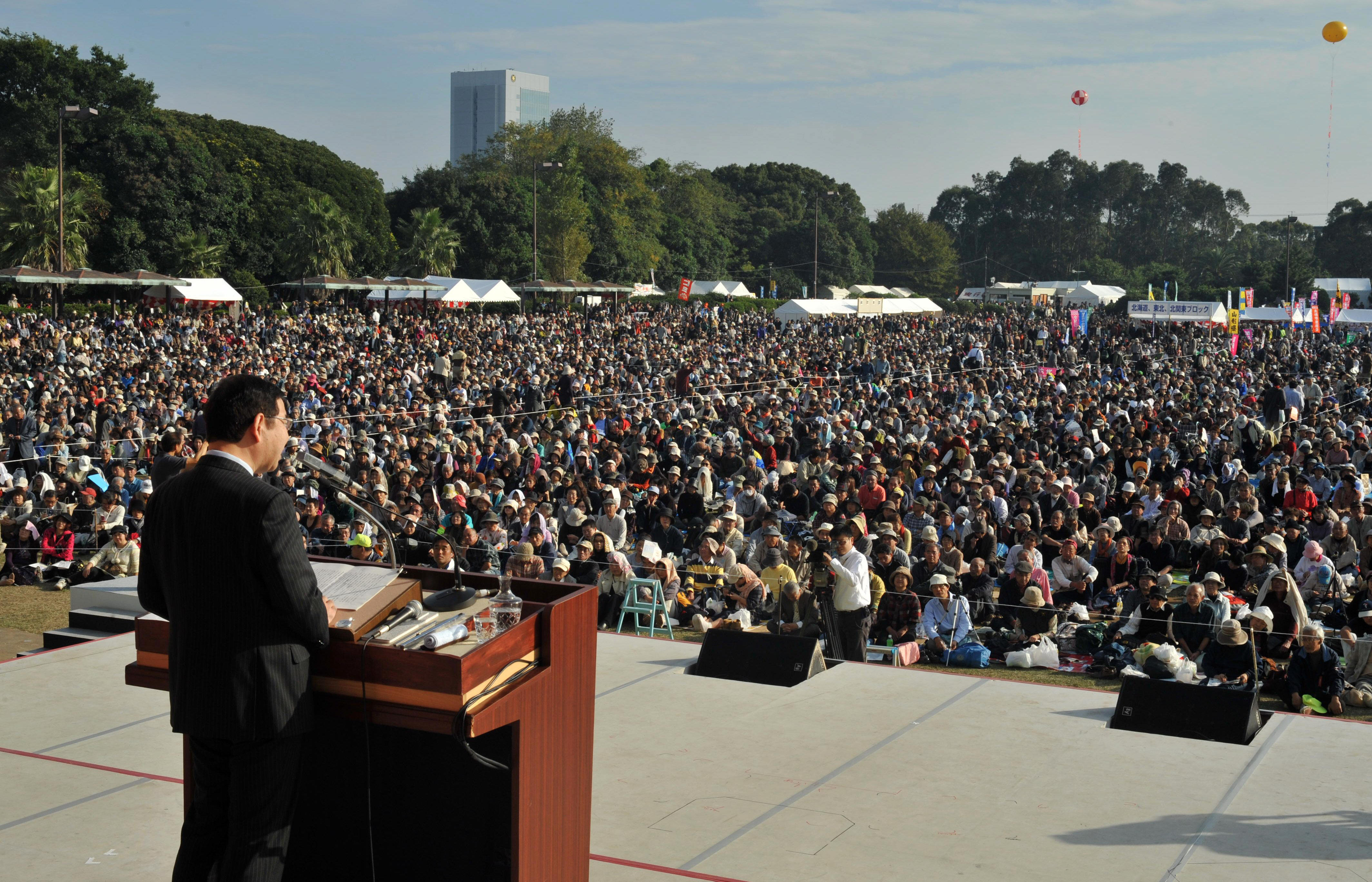 前回赤旗まつりで記念演説する志位和夫委員長=2010年