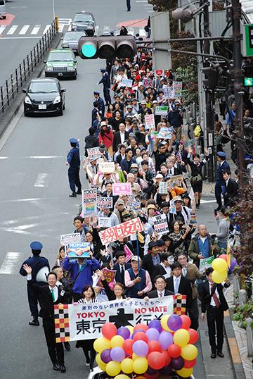 ヘイトスピーチに反対し、差別撤廃を求める「東京大行進2014」のデモ行進=2日、東京都新宿区