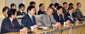 比例代表候補とともに25選挙区候補決定を発表する 若林義春都委員長(前列左から2人目)=18日、東京都庁