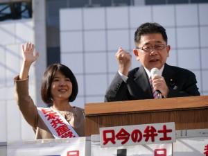 街頭から訴える小池晃副委員長(右)と坂井和歌子衆院東京ブロック比例候補=23日、東京・新宿駅東口