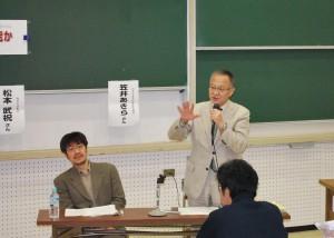 シンポジウムで歴史認識問題に ついて語る笠井亮前衆院議員(右)と 松本武祝教授=24日、東京都目黒区