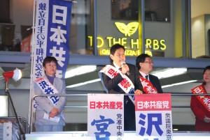 訴える宮本比例候補(右)と沢井5区候補=27日、東京都目黒区