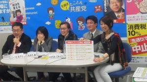 「とことん共産党」で、若者から寄せられたメッセージを紹介する(左から)小池氏、大田氏、池内氏、岡崎氏=27日