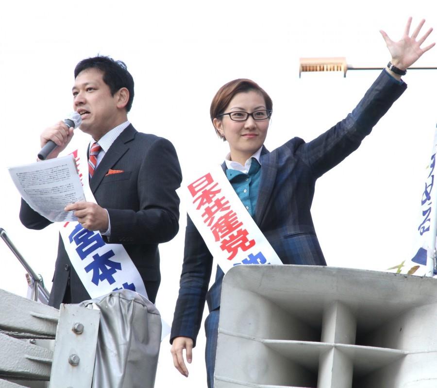 党躍進を呼びかける(左から)宮本、 池内両候補=21日、東京都北