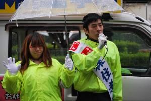 街頭で訴える森住市議候補(右)=16日、東京都西東京市