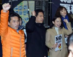 コールする(左から)藤野、宮本の両衆院議員、吉良参院議員=19日、首相官邸前