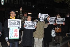 「川内原発再稼働反対」と声を上げる参加者=24日、東京都内