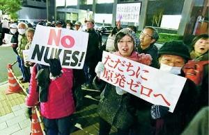 (写真)「原発いらない、再稼働反対」と怒りのコールをする人たち=26日、首相官邸前