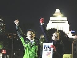 (写真)コールする吉良(右)、藤野の両議員=26日、国会正門前