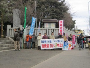 八坂神社前で訴えた日本共産党の宣伝=2日、東村山市