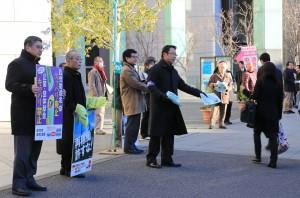 通勤する人たちにビラを配る党労働者後援会の人たち=9日朝、JR東京駅前