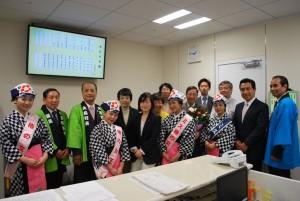 椿まつりキャラバンの川島理史・大島町長(左から3人目)と日本共産党都議団ら=14日、東京都議会