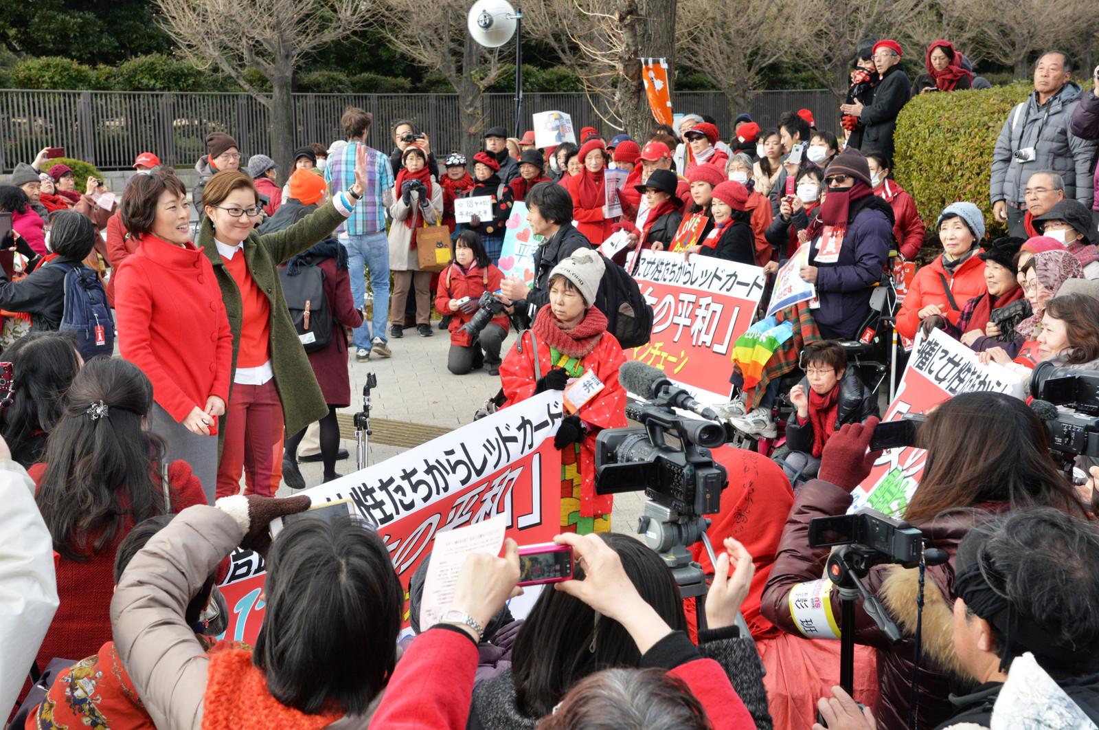 国会包囲行動で紹介され、声援にこたえる田村智子参院議員と池内さおり衆院議員=17日、国会正門前
