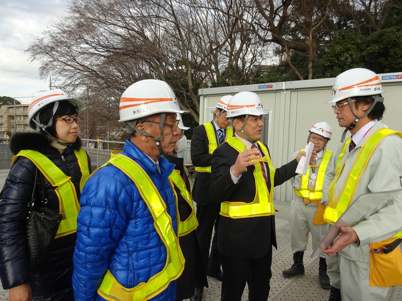 外環道東名ジャンクション計画地を視察する宮本衆院議員(右から3人目)=16日、東京都世田谷区
