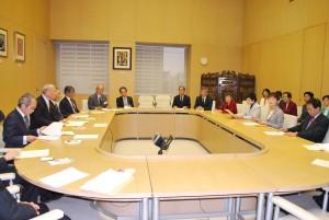 舛添知事(左から2人目)に復活要望を説明する共産党都議団(右側)=21日、東京都庁