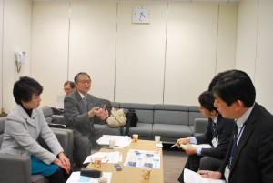 湾港局職員(右側)に村民の要望を伝える青沼進二村議(前列左から2人目)と清水ひで子都議=21日、東京都庁