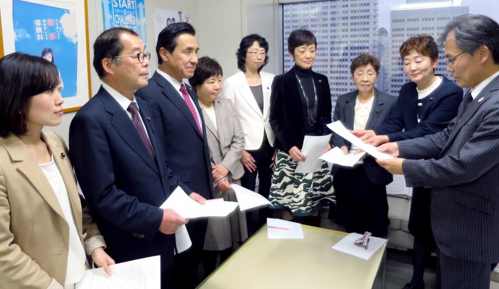 福祉保健局の山岸総務部長(右端)に申し入れ書を手渡す大山都議(右から2人目)=6日、東京都庁