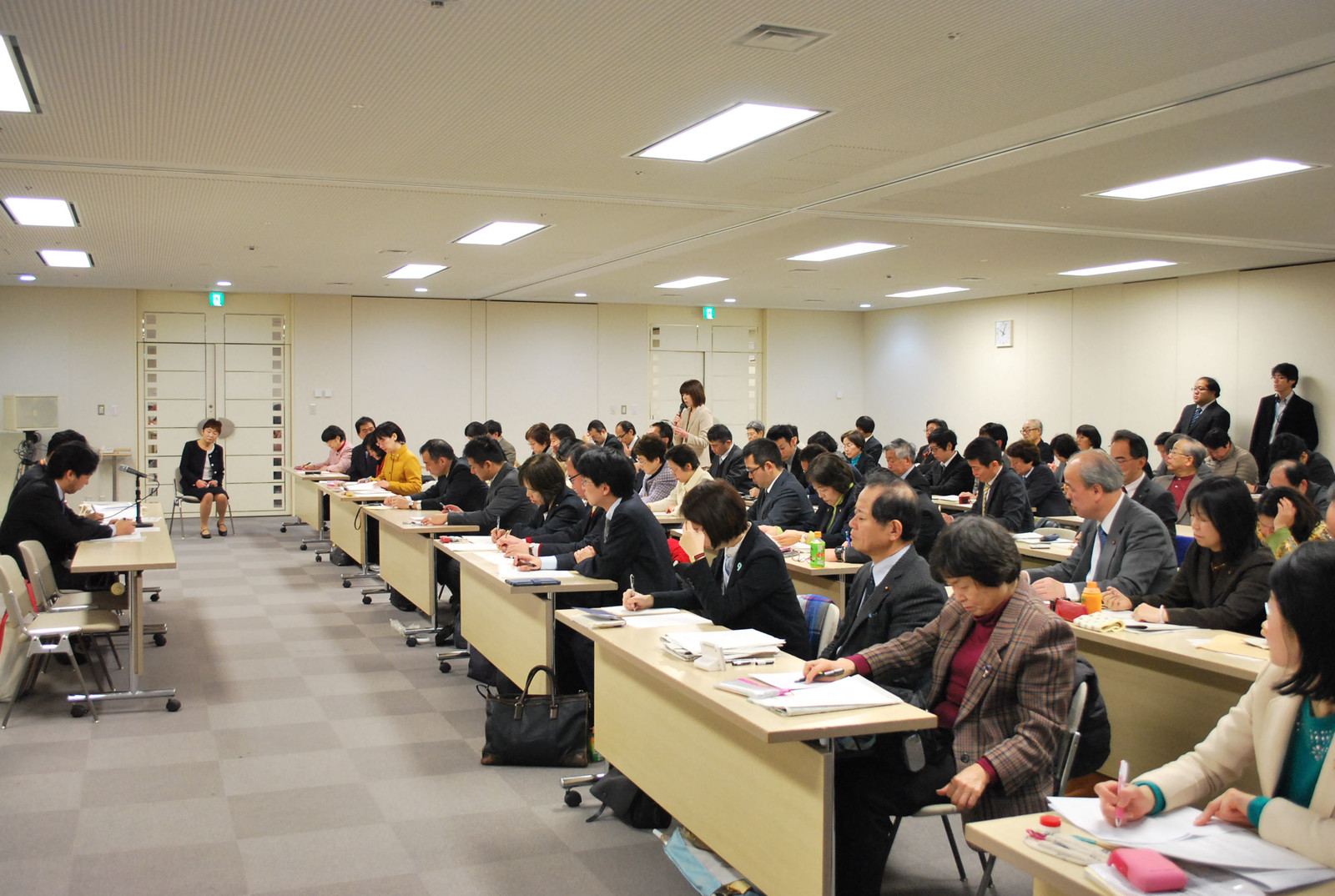 福祉保健局と交渉する共産党議員団=5日、東京都庁