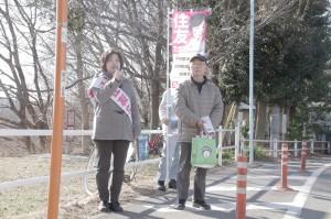 街頭で演説する住友たまみ国立市議候補=14日、東京都国立市