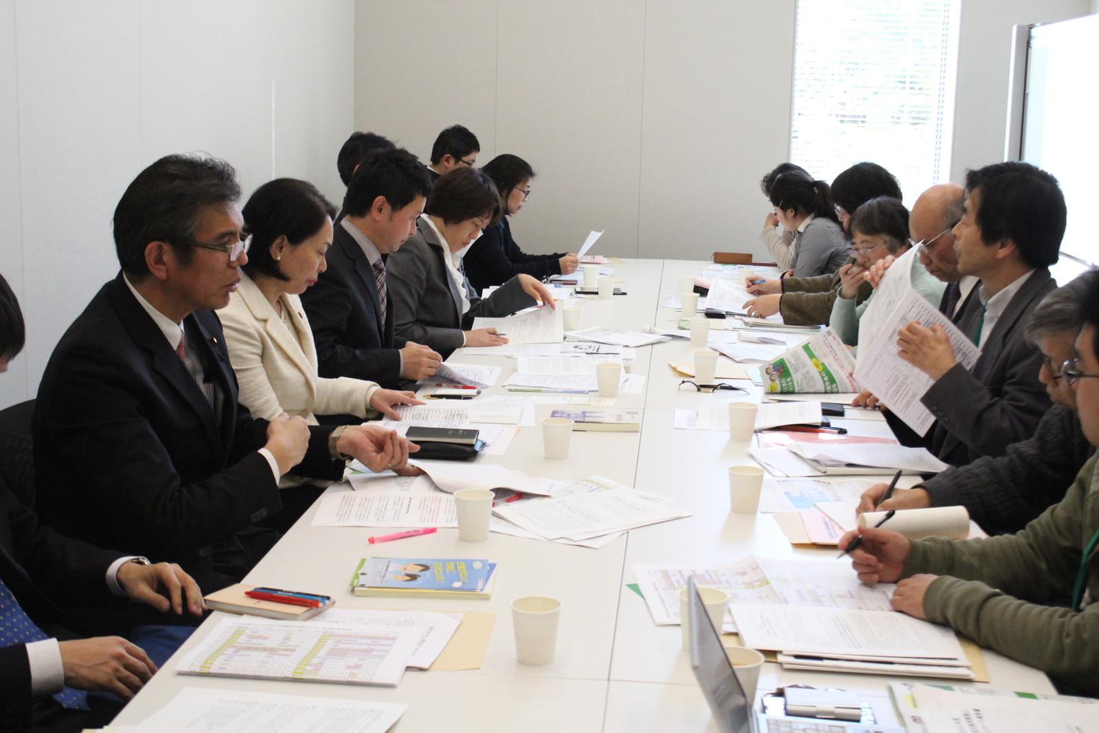 奨学金の会の人たちから実態を聞く(左から)宮本、畑野、大平、田村の各氏=19日、衆院第1議員会館