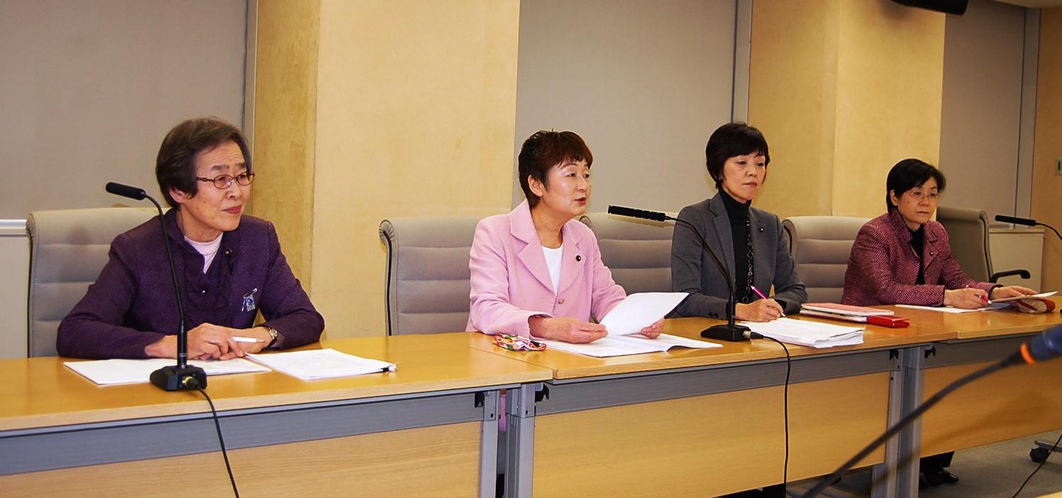 国保料減免に関する条例提案で会見する(左から)小竹、大山、和泉、尾崎の各都議=20日、東京都庁