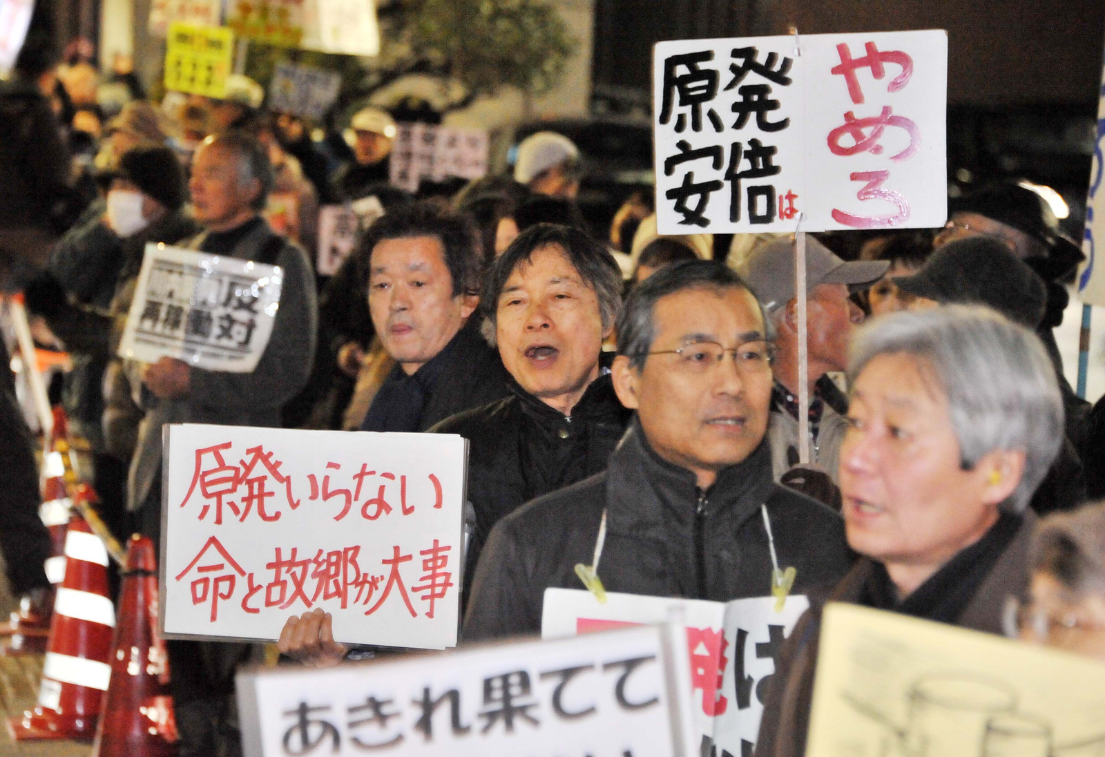 「川内・高浜原発再稼働反対」「原発なくせ」と声をあげる人たち=20日、首相官邸前