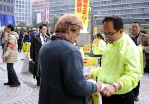 「暮らしと営業、平和守れ国民大行動」の成功を呼びかける人たち=24日、東京・新宿駅