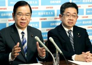 記者会見する志位和夫委員長(左)、小池晃副委員長=12日、国会内