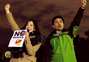 コールする藤野(右)、吉良議員=27日、国会正門前
