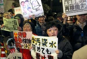「原発なくせ」「再稼働反対」と抗議の声をあげる人たち=27日、首相官邸前