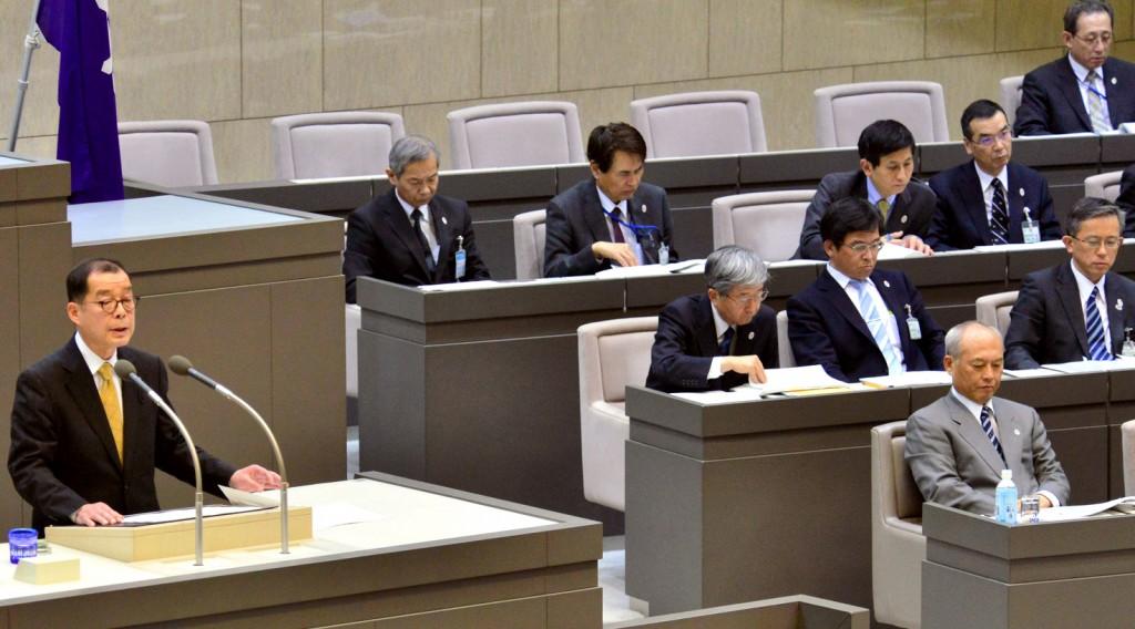 舛添要一知事(右)に質問する松村友昭議員=24日、都議会本会議