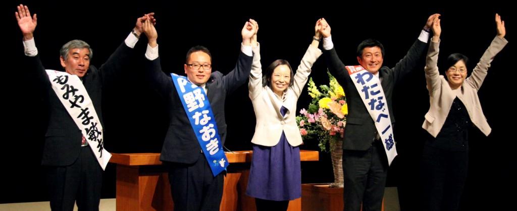 聴衆にこたえる(左から)もみやま、内野両市議と吉良参院議員、わたなべ候補、尾崎都議=22日、東京都武蔵村山市