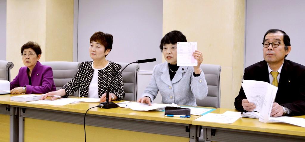 記者会見で費用弁償の廃止条例案を説明する党都議団の(右から)松村、清水、大山、かちの4氏=10日、東京都庁