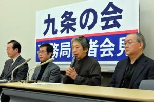 記者会見する九条の会の(左から)小沢、渡辺、小森、高田の各氏=23日、参院議員会館