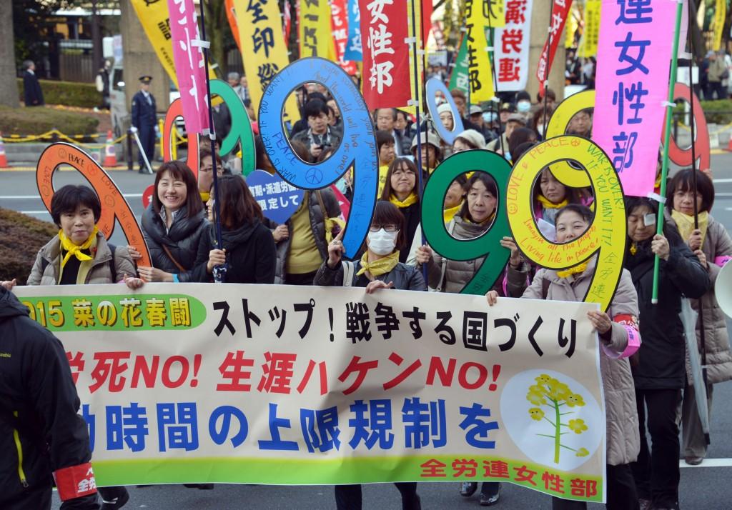デモ行進する労働者総決起集会の参加者=4日、東京都内