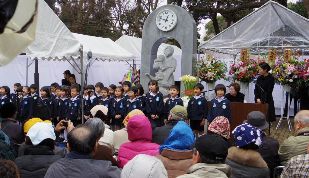 「時忘れじの塔」の前で行われた東京大空襲の犠牲者を追悼する集い=9日、東京都台東区の上野公園