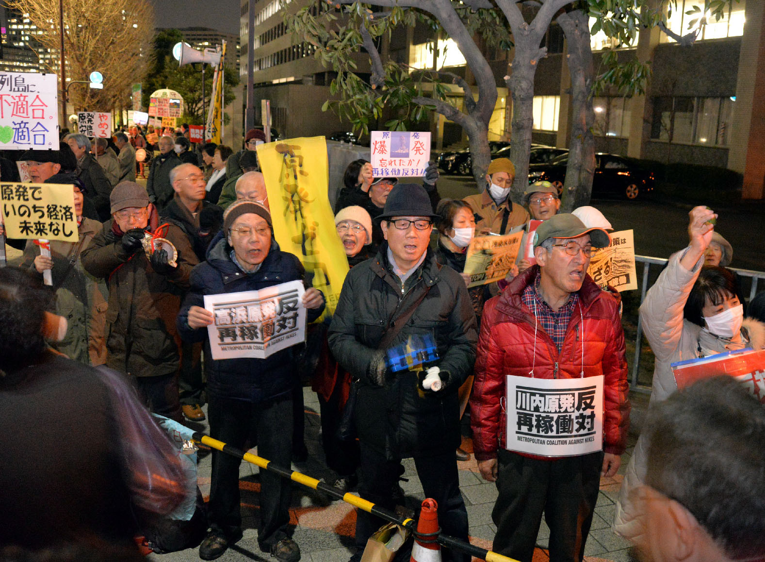 「原発再稼働反対」「原発を廃炉に」と、抗議の声をあげる人たち=13日、首相官邸前