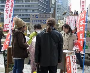 ひっきりなしに署名する姿が目立った女性後援会の宣伝=20日、東京・新宿駅西口